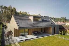 Cemento grezzo e legno: la doppia faccia di una casa portoghese