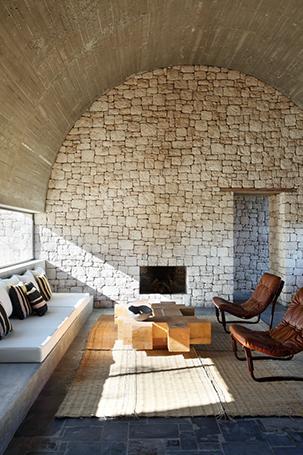 camini-moderni-pietra-Villa-DL-KO-©Yann-Deret-livingcorriere