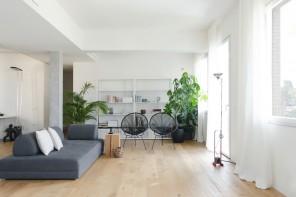 L'attico minimal bianco e grigio