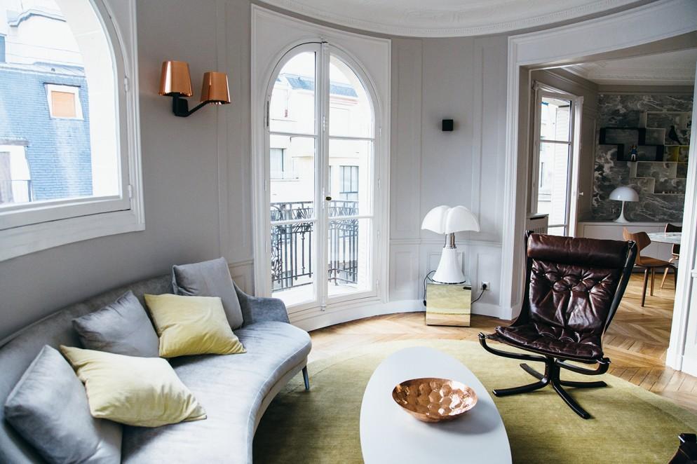divano-grigio-abbinare-cuscini-tappeto-appartamento-parigi-trocadero-18-living-corriere