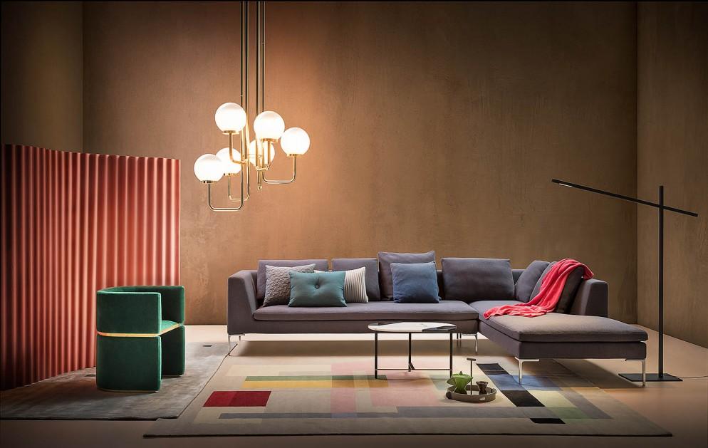 divano-grigio-abbinare-cuscini-tappeto-atmosfere-in-chiaroscuro-livingcorriere