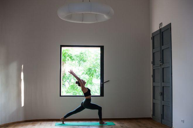 hotel-yoga-e-meditazione-livingcorriere-Villa-Lena_LottieHampson_Yoga_Fattoria