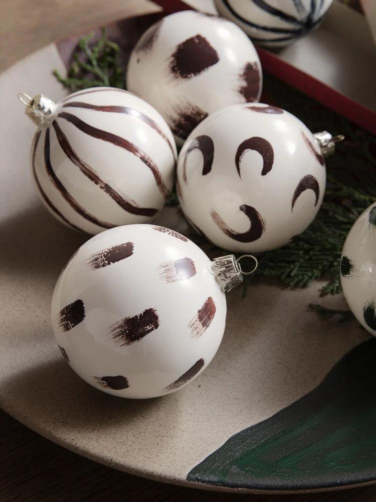 Dipinte a mano: le palline di Natale di Ferm Living