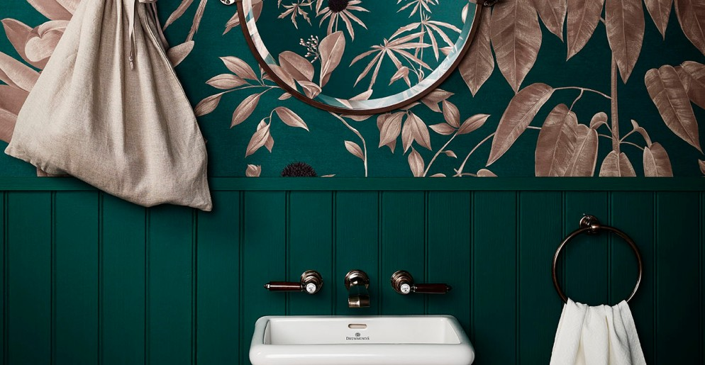 idee-carta-da-parati-moderna-Anna-Glover-Wallpaper-for-Drumonds-Bathrooms-living-corriere