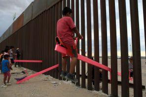 """L'altalena che """"abbatte"""" il muro di Trump è il design dell'anno 2020"""