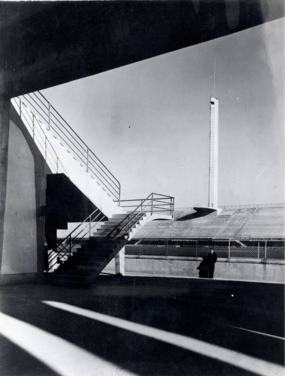 Foto di Pier Luigi Nervi all_interno dello stadio da poco inaugurato_1932 Ph. courtesy Pier Luigi Nervi Project Association, Bruxelles