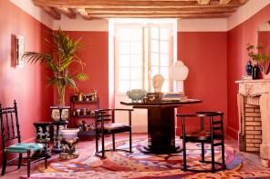 Pareti rosse e ispirazioni orientali nella casa dell'artista Victor Cadene