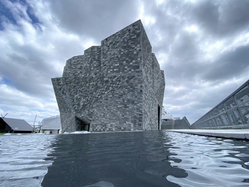 La biblioteca in pietra di Kengo Kuma