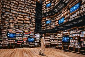 Perdersi tra i libri, nella biblioteca-meteorite di Kengo Kuma