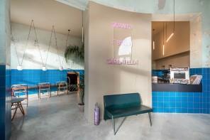 Tre de Tutto, neon e maioliche blu alla Garbatella