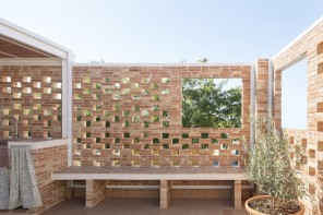 Due cortili segreti (e un terrazzo) per una casa a misura di famiglia
