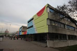 Street art a Milano, Pao colora una scuola media in stile Bauhaus