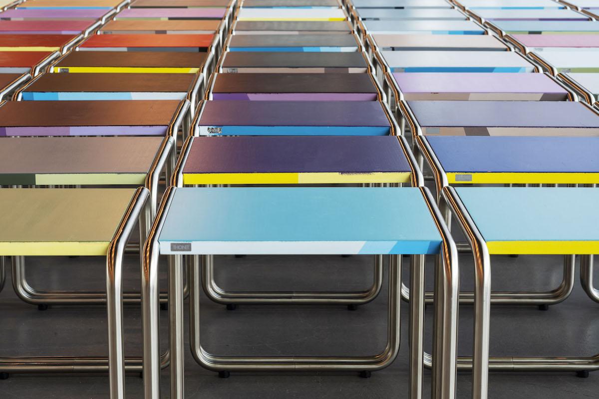Lo sgabello-tavolino B9 di Marcel Breuer in tubolare d'acciaio, prodotto da Thonet e rivisitato da Jay Gard per i visitatori del nuovo Bauhaus Museum di Dessau