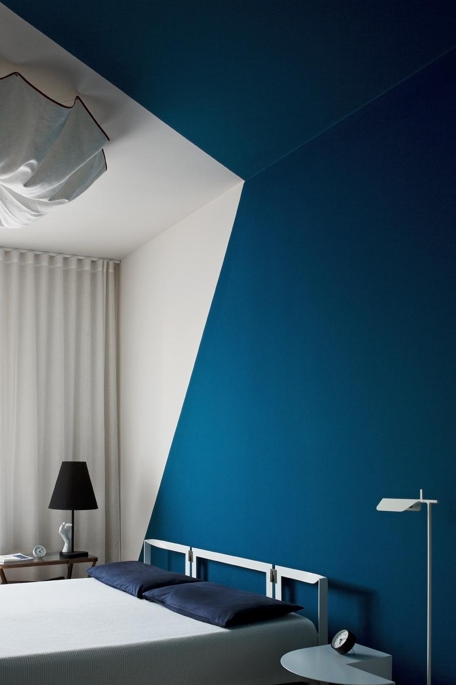 blu-navy-colore-pareti-abbinamenti-bianco-living-corriere