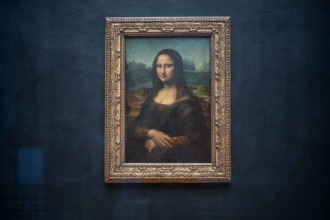 """The portrait of Lisa Gherardini, wife of Francesco del Giocondo, known as the Mona Lisa or La Gioconda (La Joconde in French), painted by Italian artsist Leonardo da Vinci, is displayed in the """"Salle des Etats"""" of the Louvre Museum in Paris, on January 8, 2021. - The Louvre, which remains closed due to the sanitory situation, suffered the full impact of the Covid-19 pandemic in 2020, suffering a drop in attendance of 72% compared to 2019, and a loss of revenue of more than 90 million euros, the museum announced on January 8, 2021. (Photo by Martin BUREAU / AFP) (Photo by MARTIN BUREAU/AFP via Getty Images)"""
