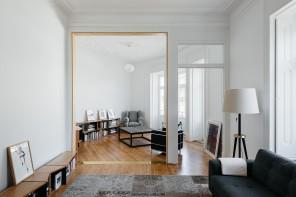 Soggiorno moderno in bianco e legno: l'importanza del terzo incomodo