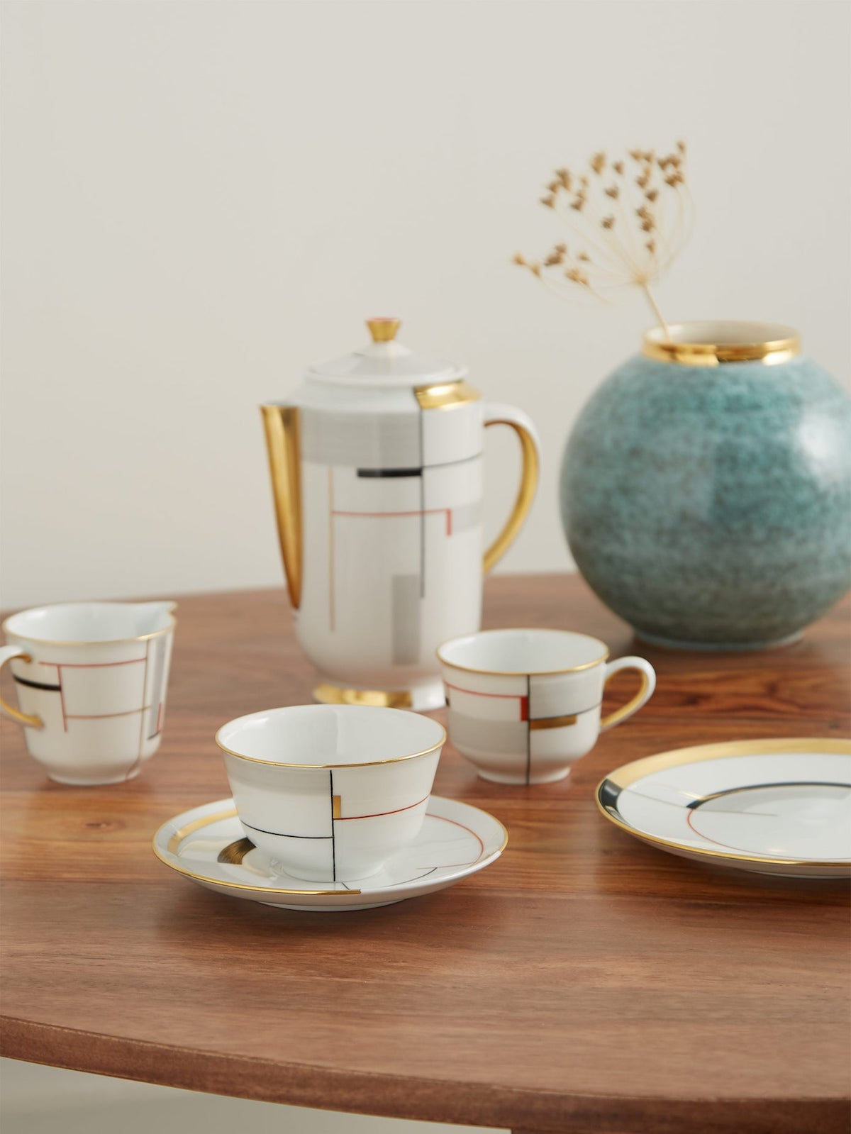 Set di Lutz Morris e KPM, con i motivi dell'insegnante del Bauhaus e ceramista Marguerite Friedlaender, in porcellana dipinta a mano