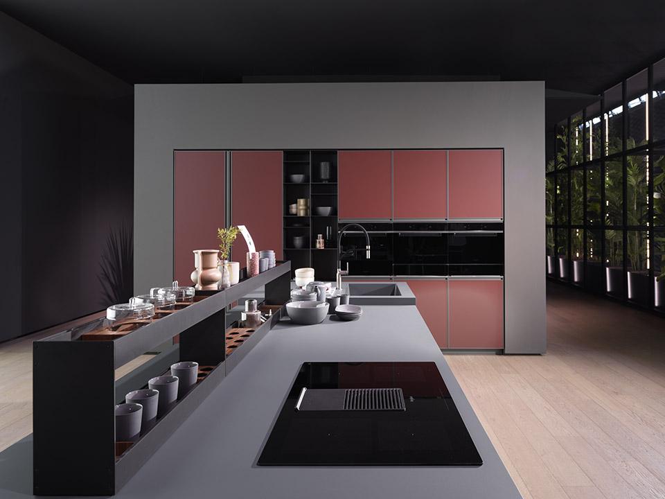 Arredo3, cucina Kronos composizione con top in HPL Fenix grigio bromo ed elementi Modus titanio, colonne in Fenix rosso Japur ed elementi Air.