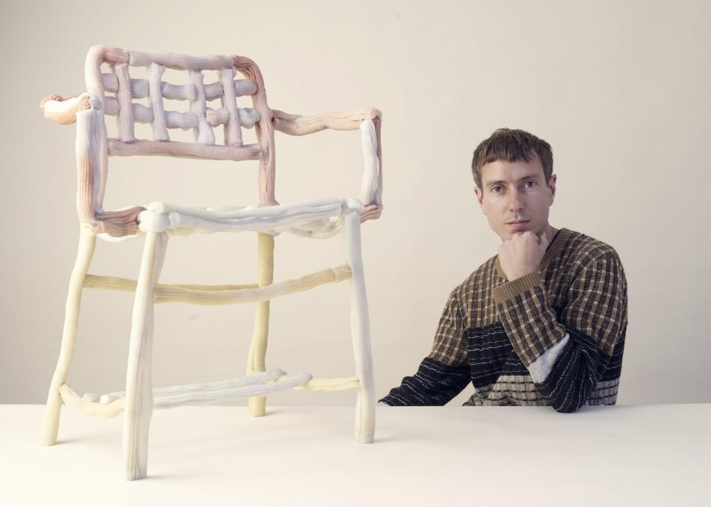 James Shaw con la Plastic Baroque Chair, photographer Rory Mulvey.