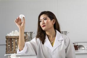L'artista-scienziata che crea piastrelle dai gusci d'uovo