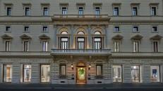 Apple_Via-Del-Corso-opens-in-Rome-exterior-building_052721