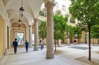 Apple_Via-Del-Corso-opens-in-Rome-exterior-team-members-walking_052721