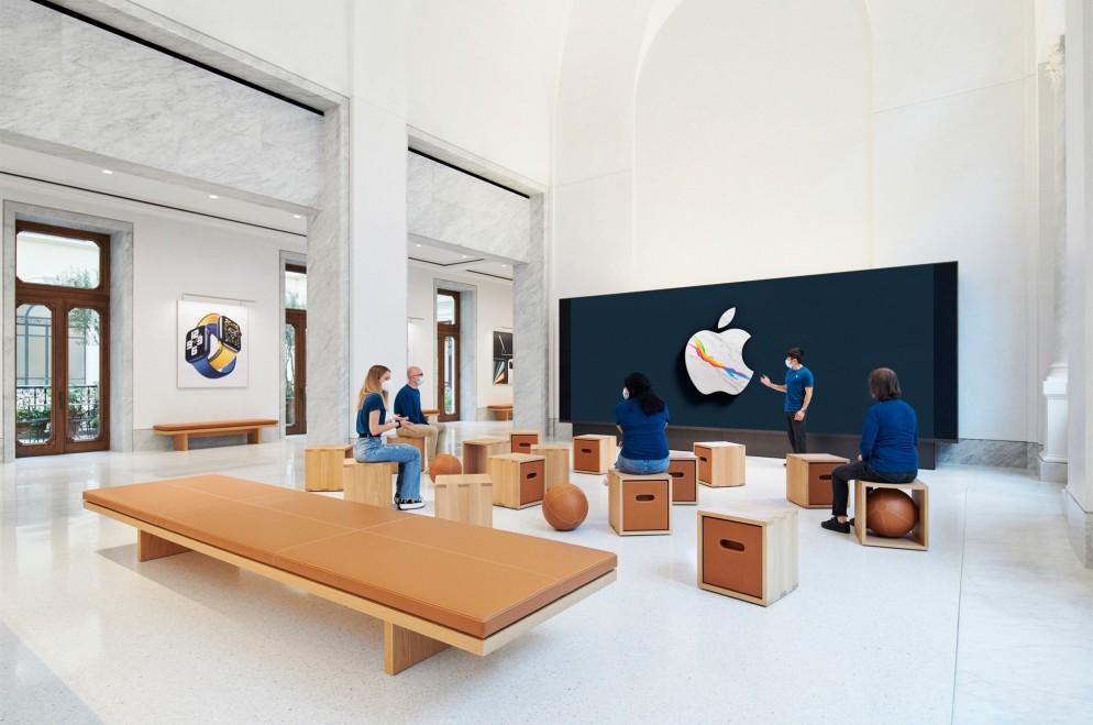 Apple_Via-Del-Corso-opens-in-Rome-interior-screen-wall-area_052721