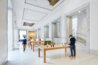 Apple_Via-Del-Corso-opens-in-Rome-interior-team-members-wide-storeview_052721