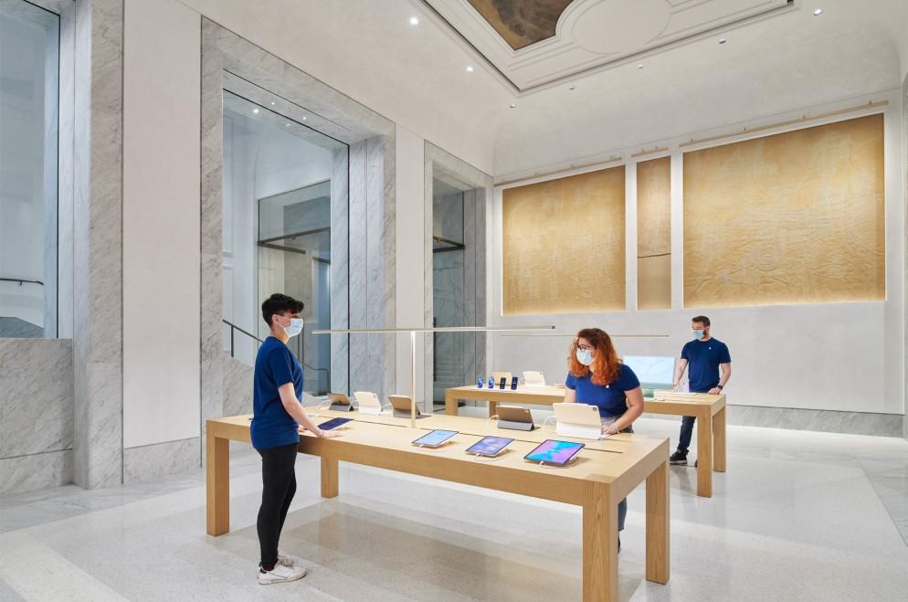 Apple_Via-Del-Corso-opens-in-Rome-interior-team-members-working_052721