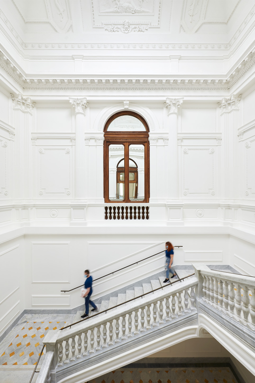 Apple_Via-Del-Corso-opens-in-Rome-stairway_052721