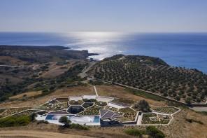 Sull'isola greca di Milos una casa incastonata nel paesaggio