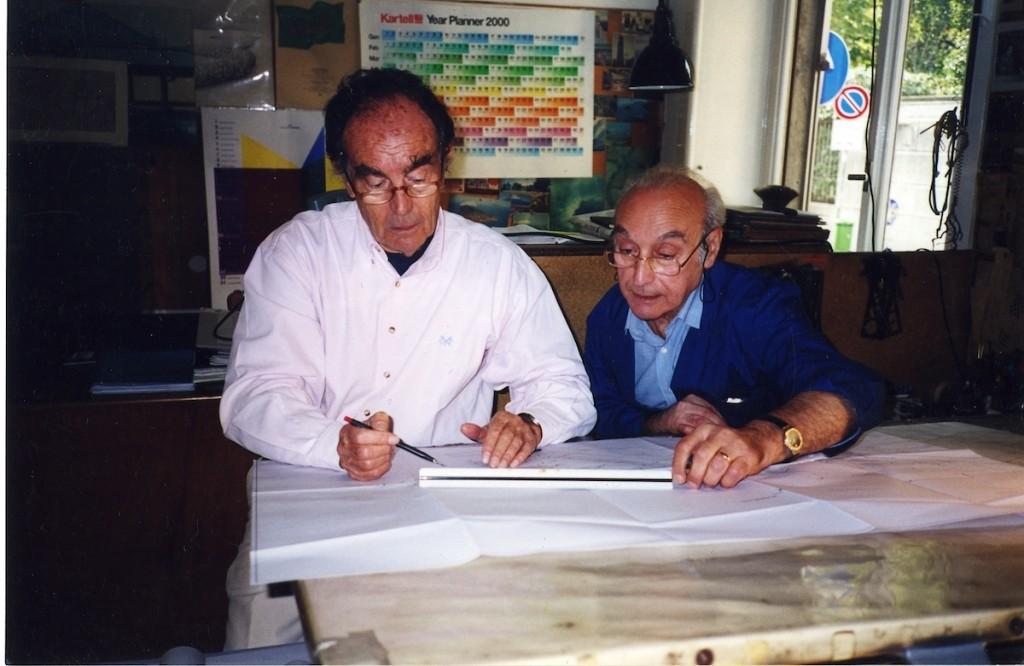 Vico Magistretti e il geometra Franco Montella, suo assistente dal 1951 al 2003, al lavoro insieme nello studio di via Conservatorio, 2000 © Archivio Studio Magistretti - Fondazione studio museo Vico Magistretti.