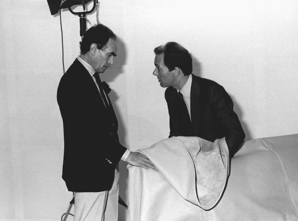 Vico Magistretti e Rosario Messina, fondatore di Flou, con il prototipo del letto Nathalie, 1978, archivio fotografico Flou.