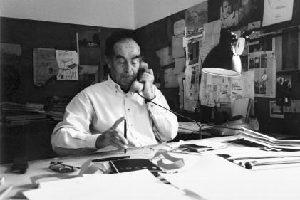 Vico Magistretti al telefono nel suo studio di Via Conservatorio, a Milano, anni '90. © Archivio Studio Magistretti - Fondazione studio museo Vico Magistretti