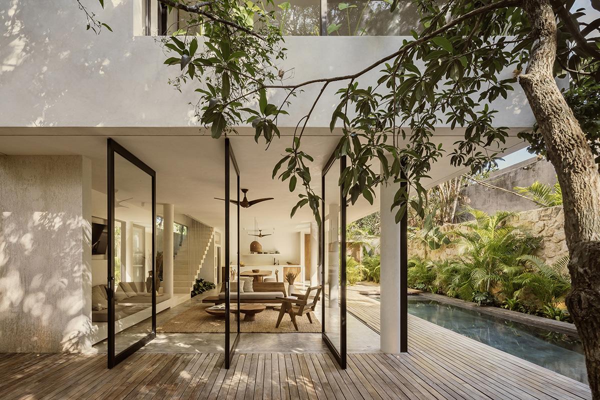 In Messico una casa con piscina che abbraccia la foresta
