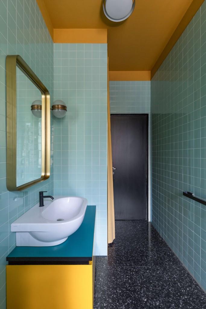 Casa CB di Kick.Office, il bagno con pavimento graniglia e colori accesi a contrasto