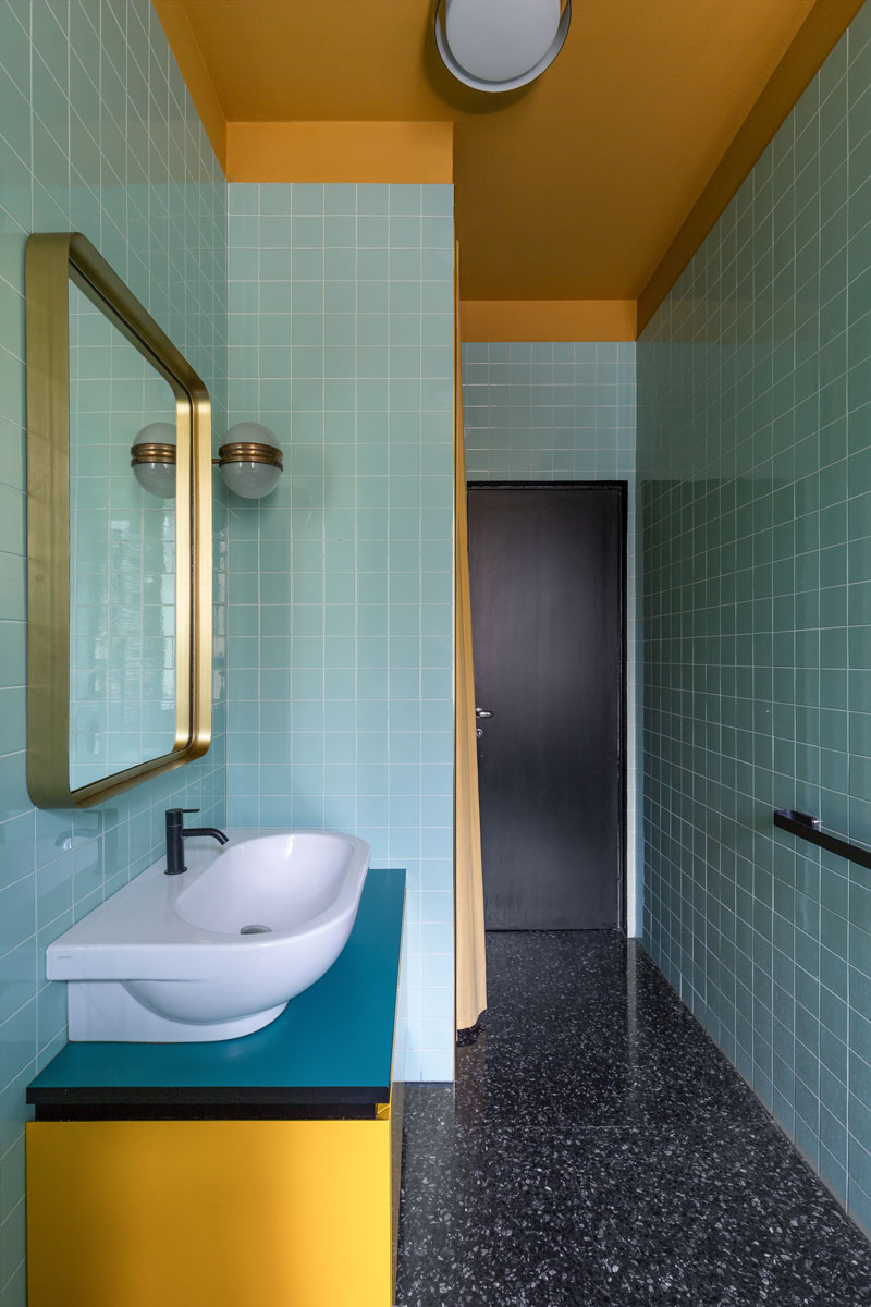 kickoffice-casa-cb-bathroom-colors-blue-yellow-tiles-mariotti-bespoke