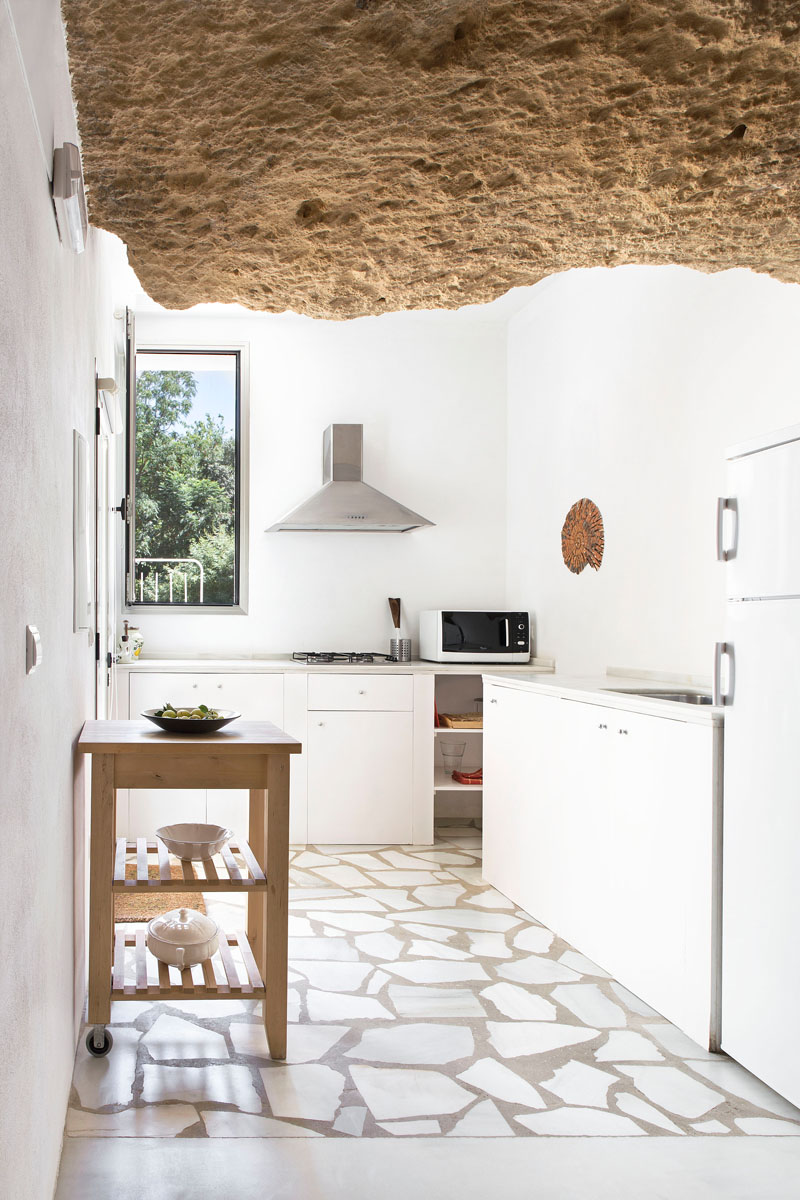 pareti-pietra-idee-12-Casa-nella-caverna-living-corriere