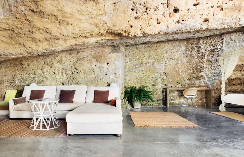 pareti-pietra-idee-4-Casa-nella-caverna-living-corriere