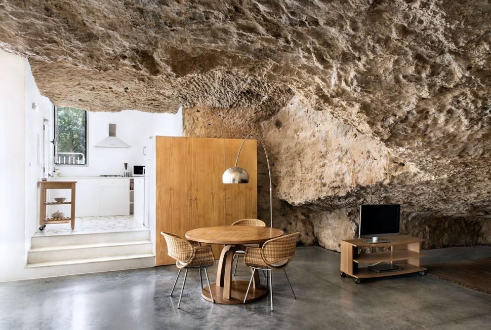 pareti-pietra-idee-soggiorno-11-Casa-nella-caverna-living-corriere