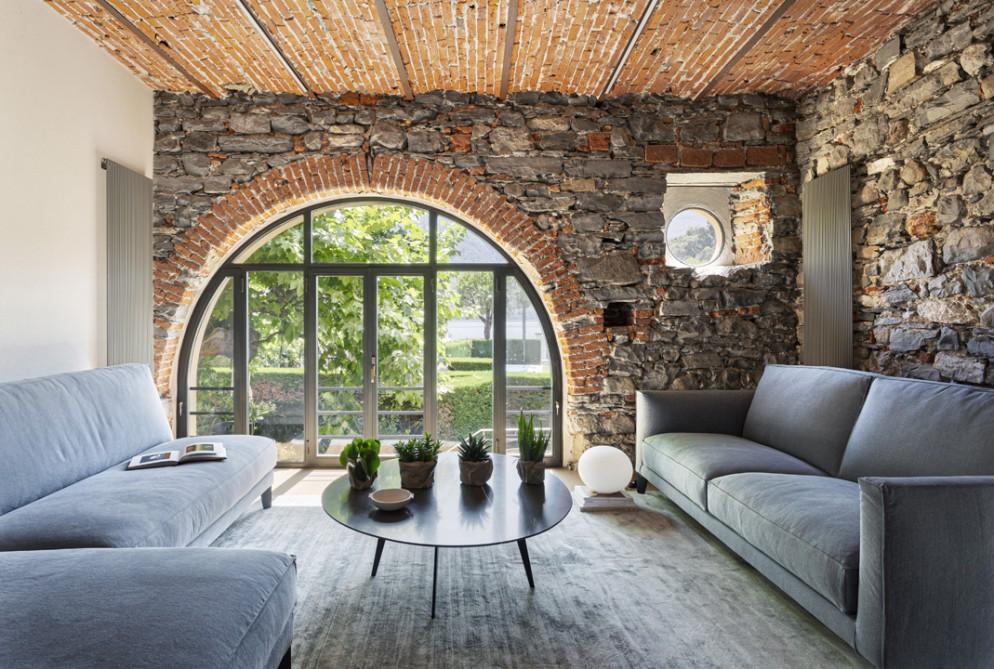 pareti-pietra-idee-soggiorno-Villa-Lake-011-living-corrier
