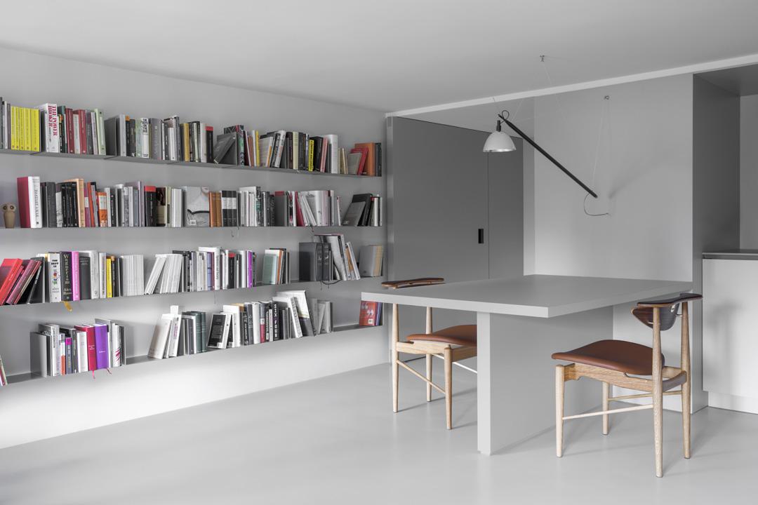 Il mini appartamento di 42 mq bianco e grigio chiaro - Foto