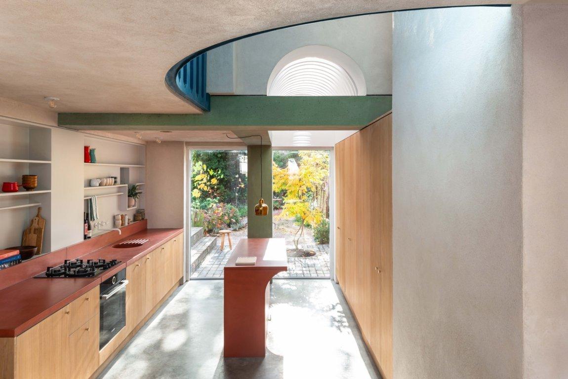A Londra una ristrutturazione lampo con moduli prefabbricati e cemento colorato - Foto