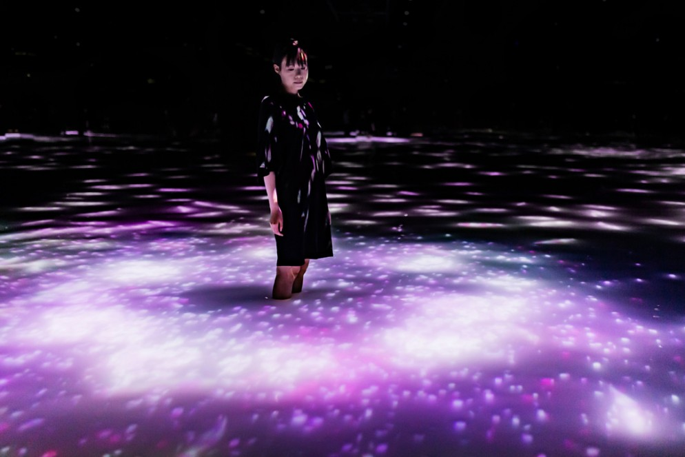 12 Team Lab Drawing on the Water Surface Created by the Dance of Koi and People - Infinity_03