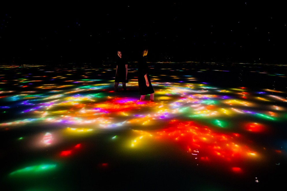 13 Team Lab Drawing on the Water Surface Created by the Dance of Koi and People - Infinity_10