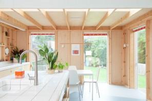 Legno chiaro e vista sul giardino: una casa che è un omaggio alla bellezza semplice