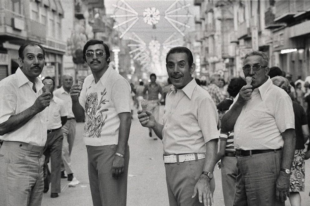 Ferdinando-Scianna,-Domenica-in-strada,-Bagheria,-Sicilia,-Italia