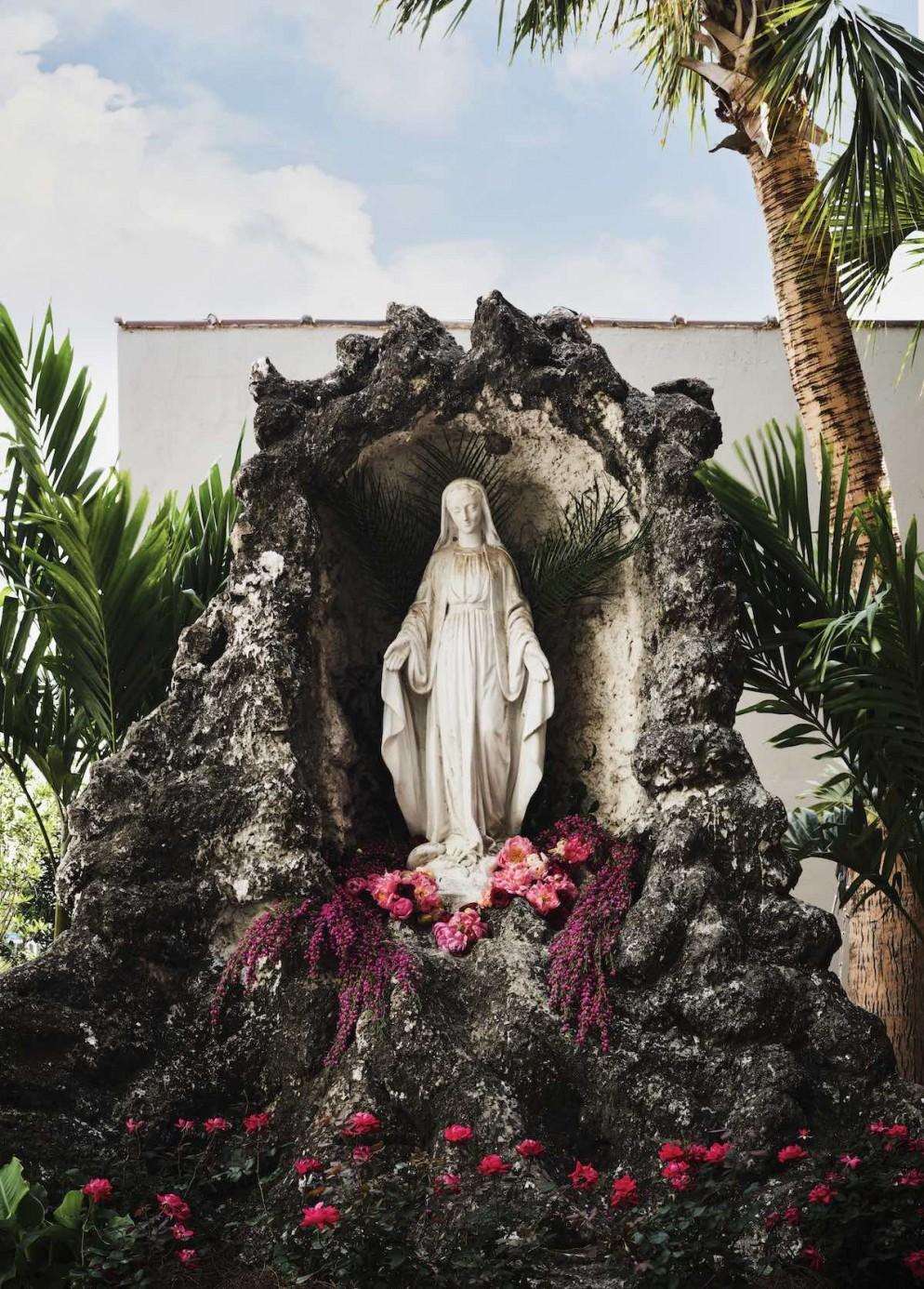 Hotel Saint Vincent - Courtyard x Statue - by Douglas Friedman