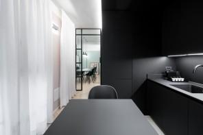 Cucina nera e dettagli stile industrial a Milano
