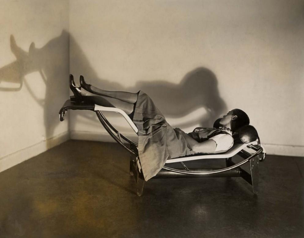 Charlotte Perriand sur la chaise longue Le Corbusier, Jeanneret,